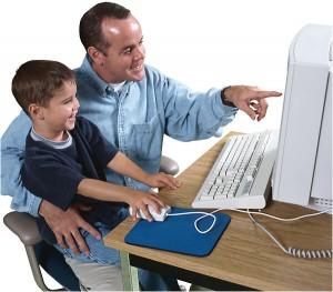 Sentarse padre hijo en el ordenador